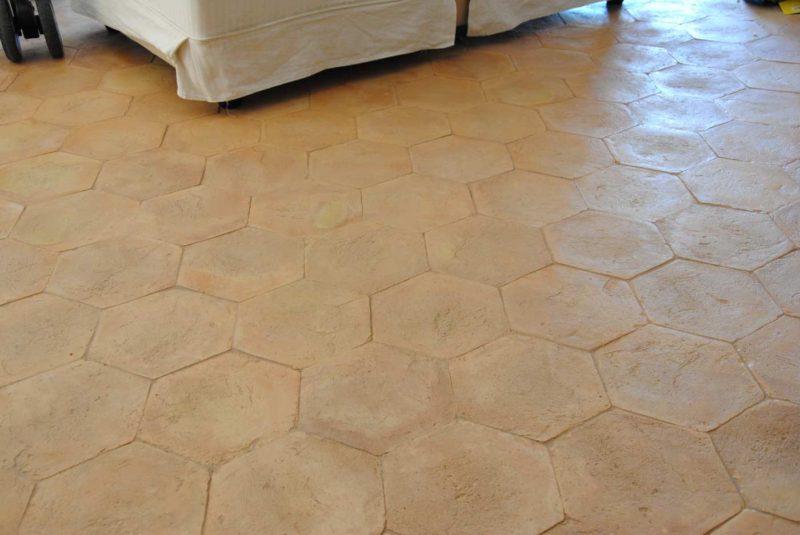 Splendido pavimento moderno in cotto con piastrelle esagonali di Hometrèschic