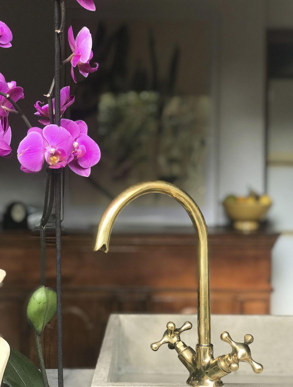 Il lavabo in ottone realizzato da Hometrèschic